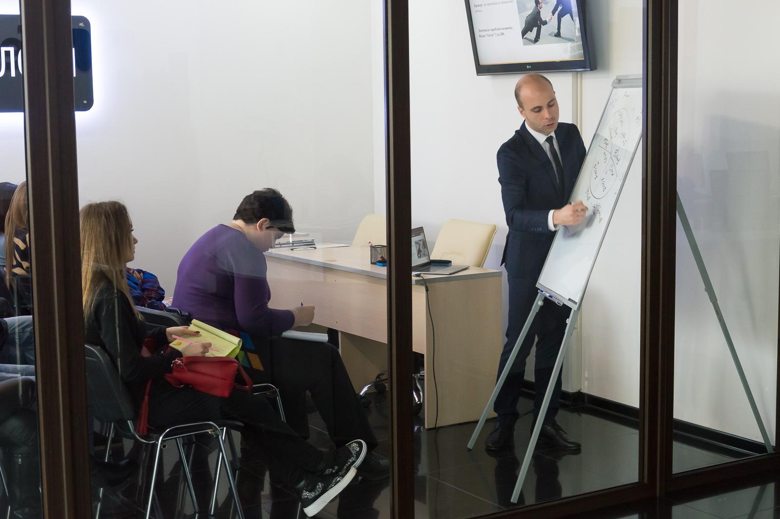 """Лекцію """"Фінансові ринки та основи біржових технологій"""" в Чернівцях відвідали студенти та викладачі МАУП - 6 фото"""